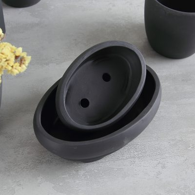 Macetas de terracota negras